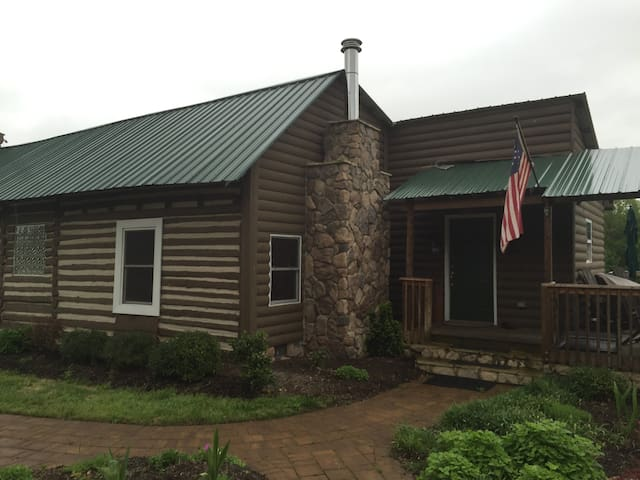 Vitus Farm: Quiet Rustic Cabin on 72 Acres - Castalia - Cabin