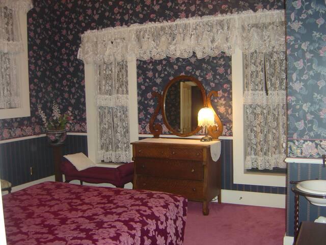 Plush Room Private Bath Queen Bed 4 - Rico