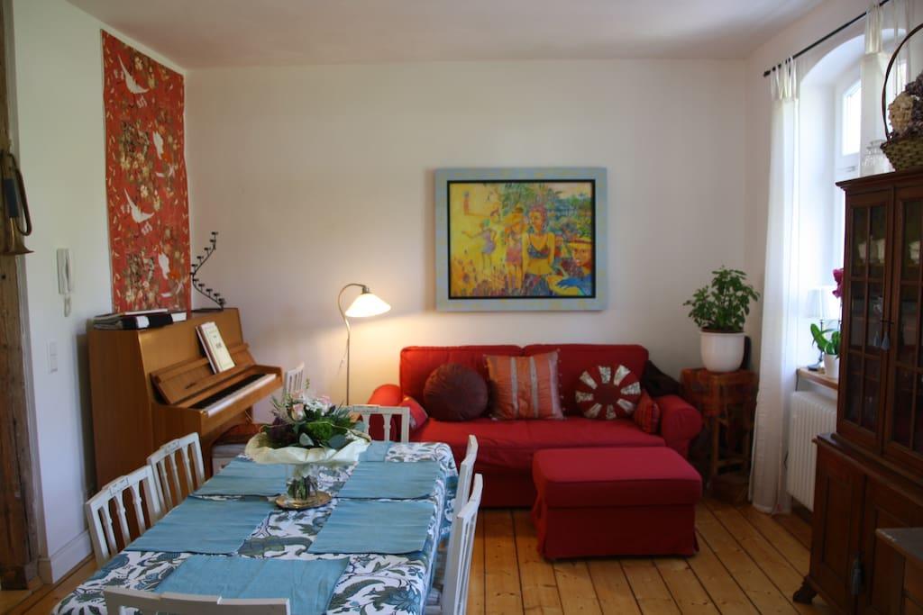 Wohn-Eßzimmer mit Klavier