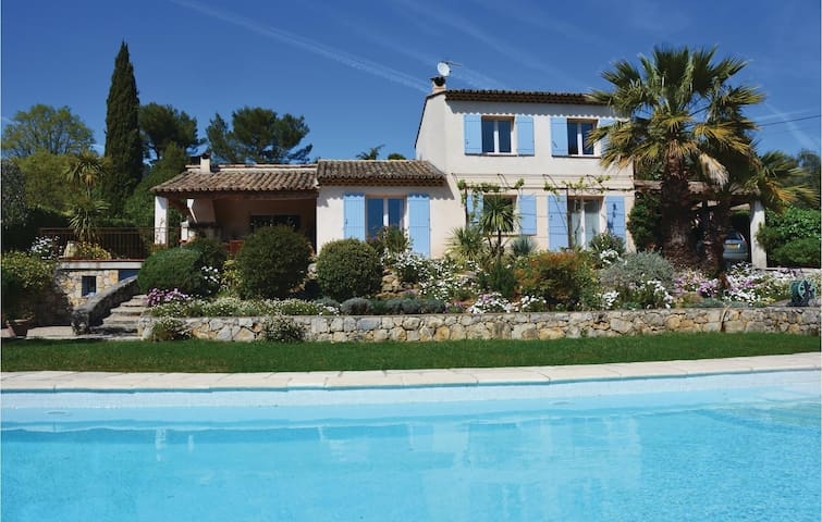 Holiday cottage with 3 bedrooms on 130m² in Grasse