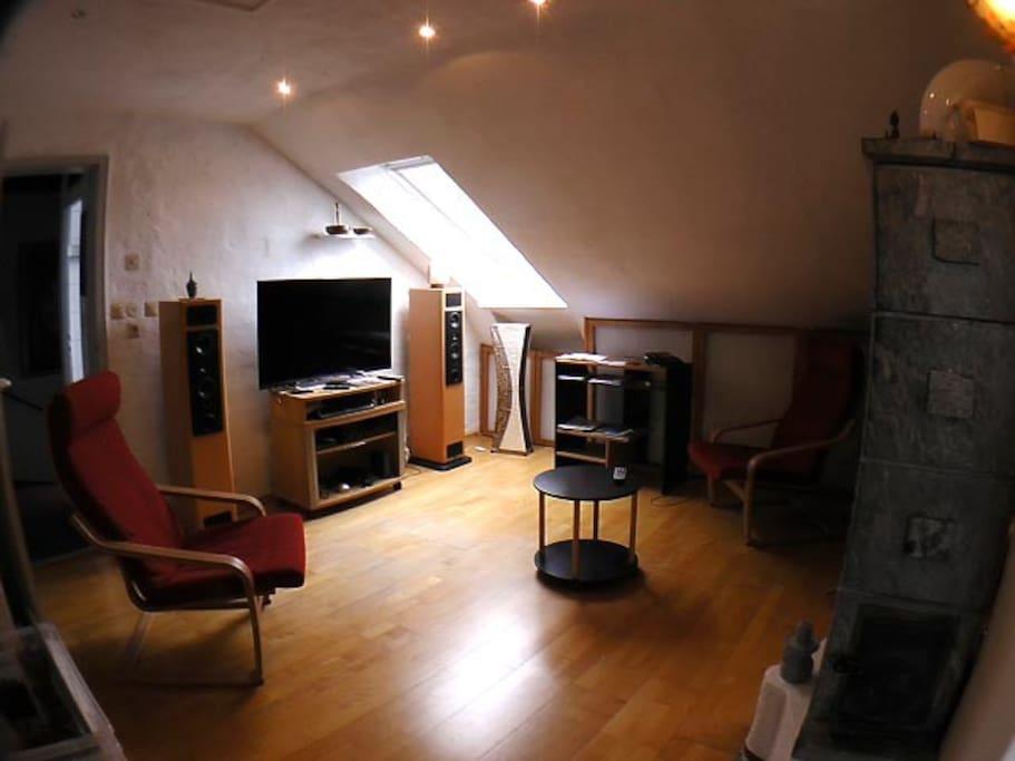 Wohnküchenrückseite mit HiFi-TV der Spitzenklasse