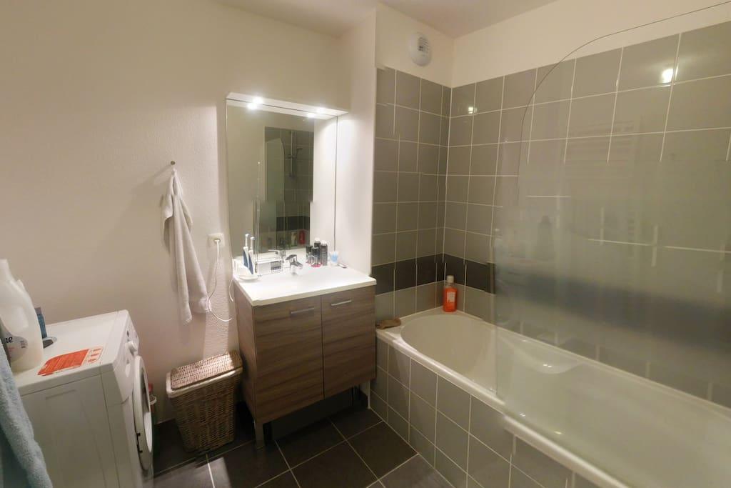 Salle de bain avec lave linge + sèche linge à dispo