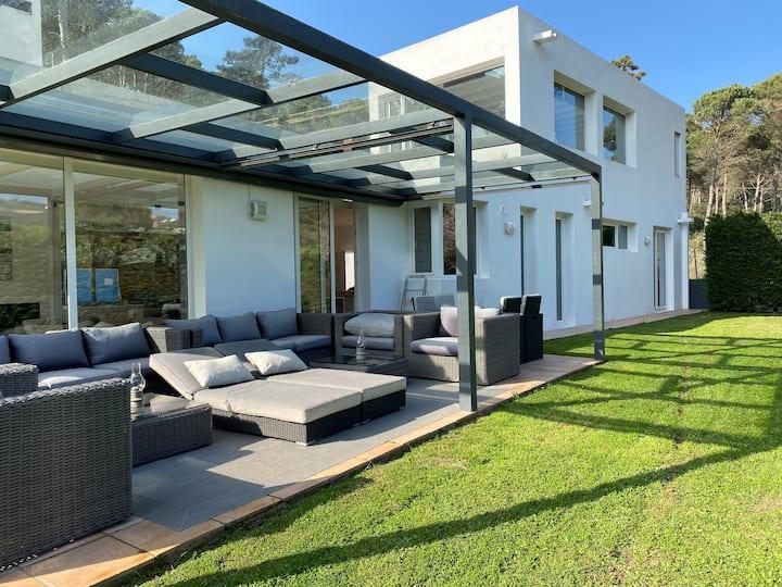 Casa y loft minimalista, jardín y parking privado
