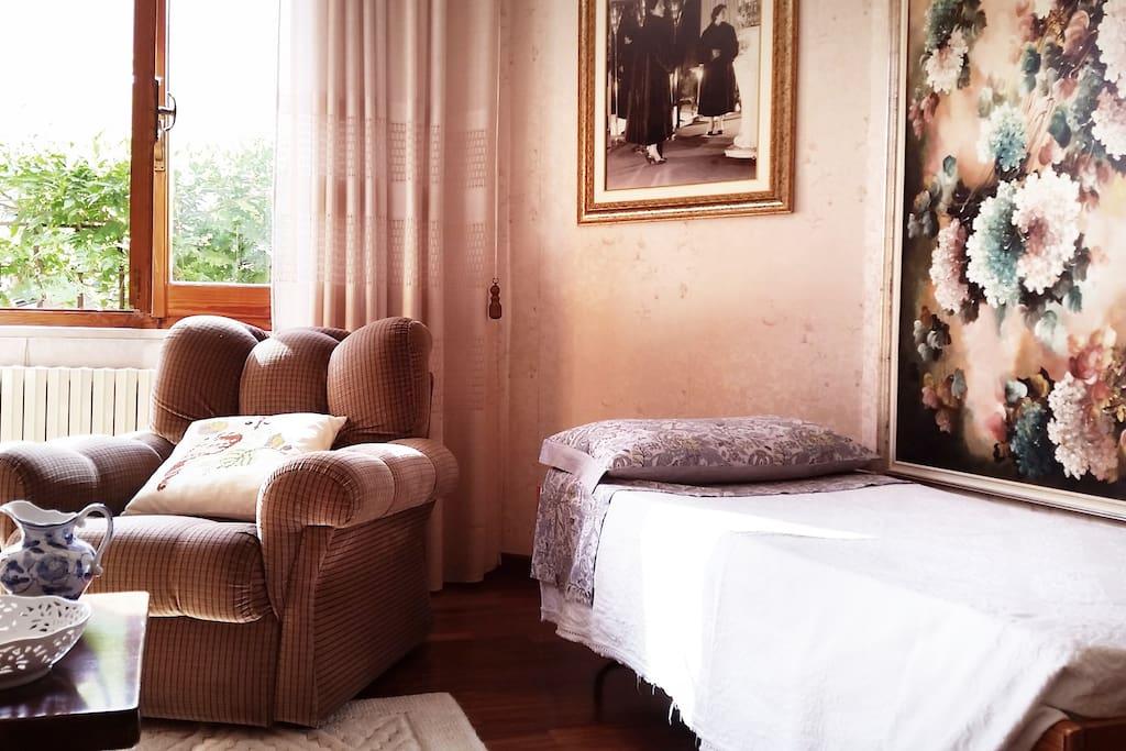 un letto singolo nel secondo soggiorno