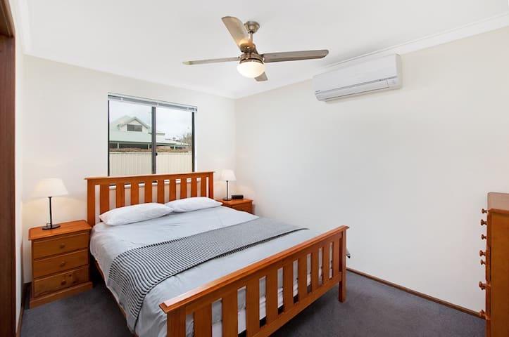 Master Bedroom - Queen Bed