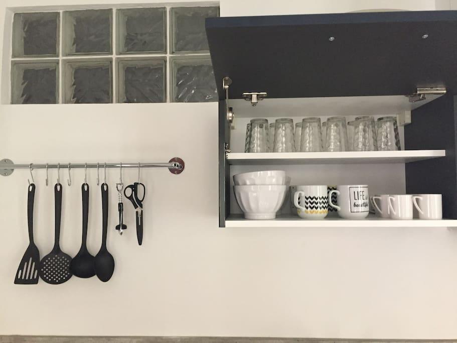 Verres, bols, mugs, tasses à café, ustensiles, tout est neuf.