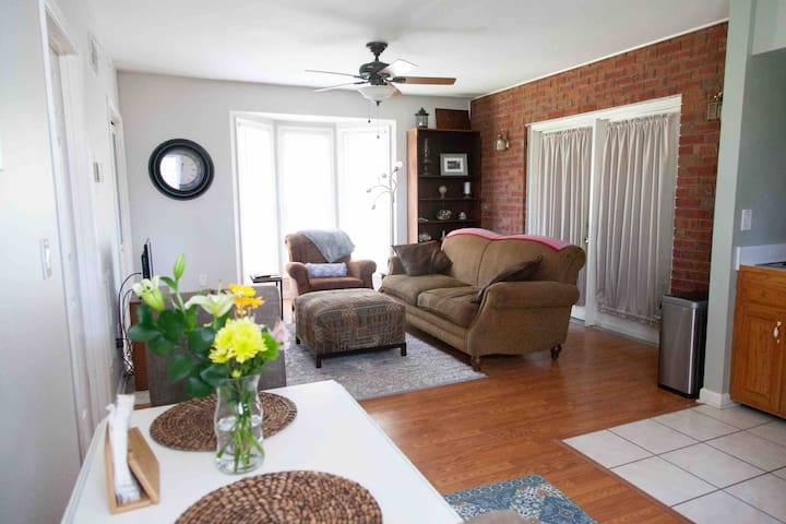 Southern Exposure: Centrally located one-BR-Apt