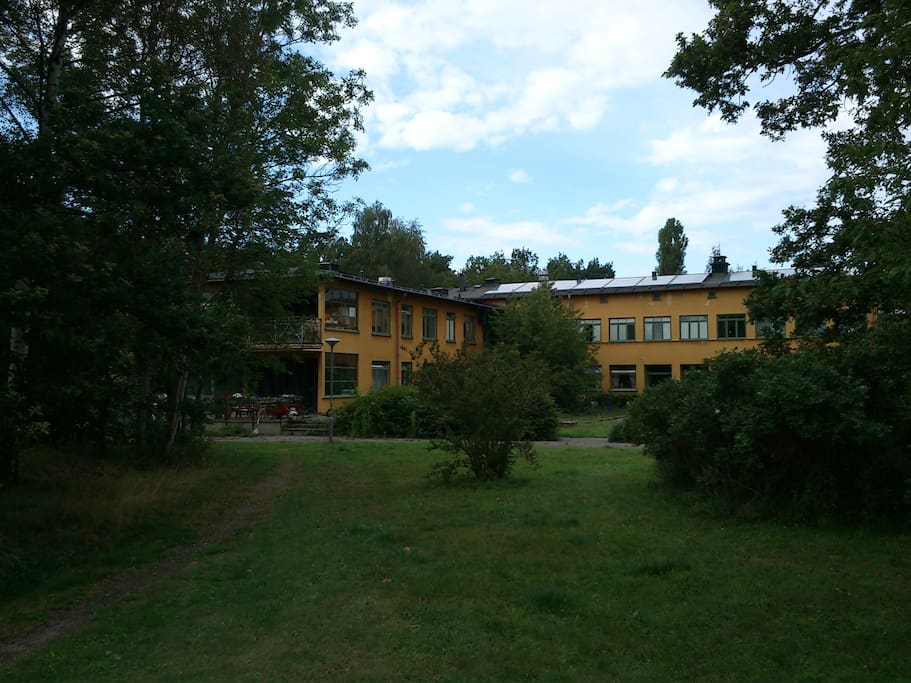 An inner corner of the tuning-fork shaped house, on this picture from the park our apartment is at the left, upstairs.