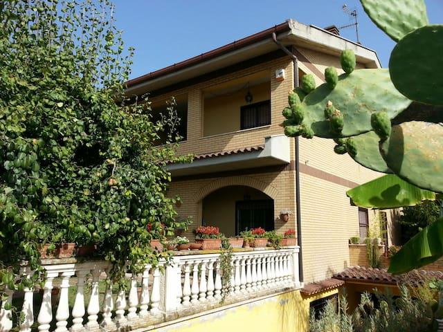 Accogliente villa con giardino. - Tivoli Terme - Dom