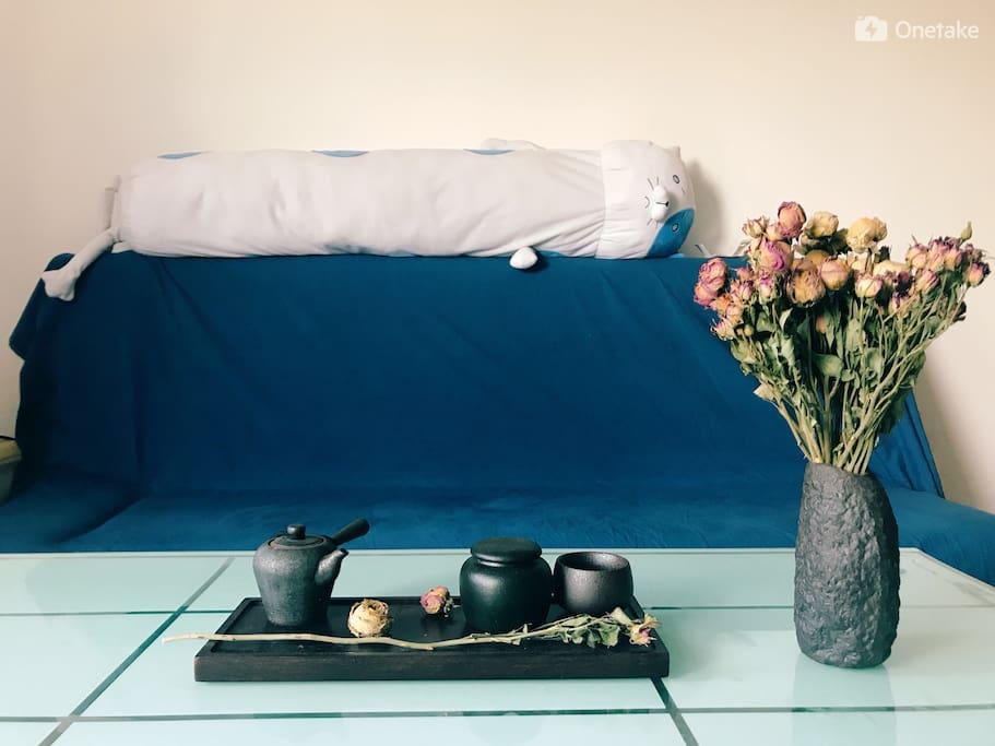 客厅,可供看电视、喝茶、饮酒