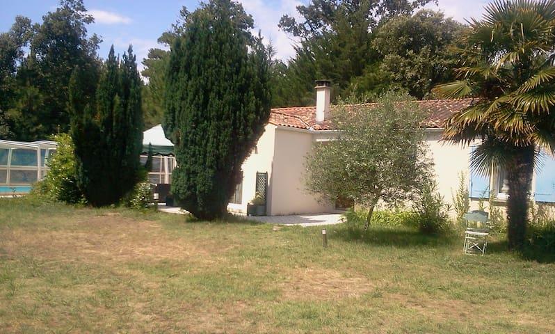 Belle maison avec piscine couverte maisons louer for Location maison avec piscine ile d oleron