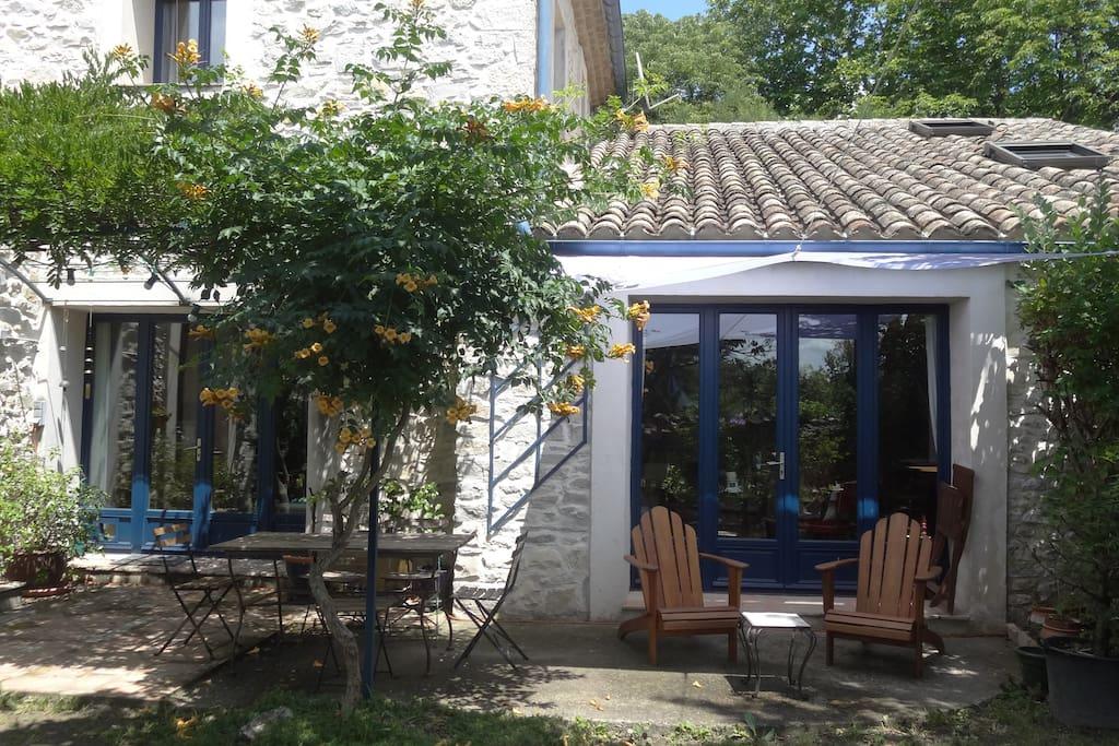 terrasse devant la cuisine et le salon