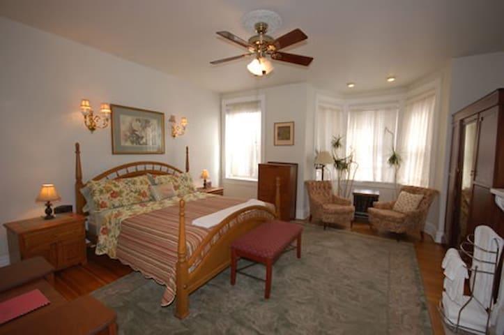 Cardozo Guesthouse, Hingham Room