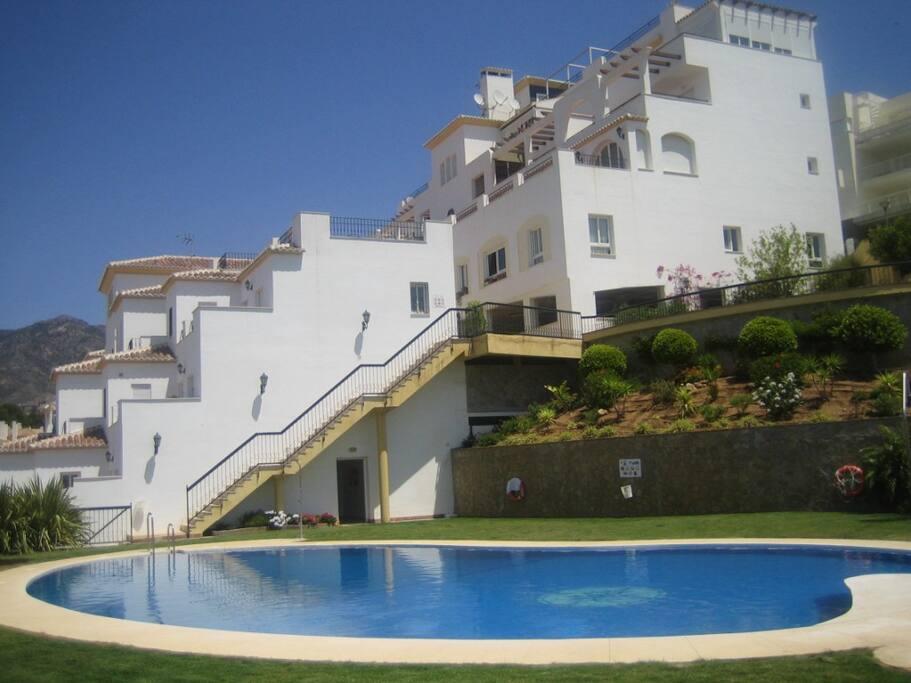 Urbanización vista desde la piscina.