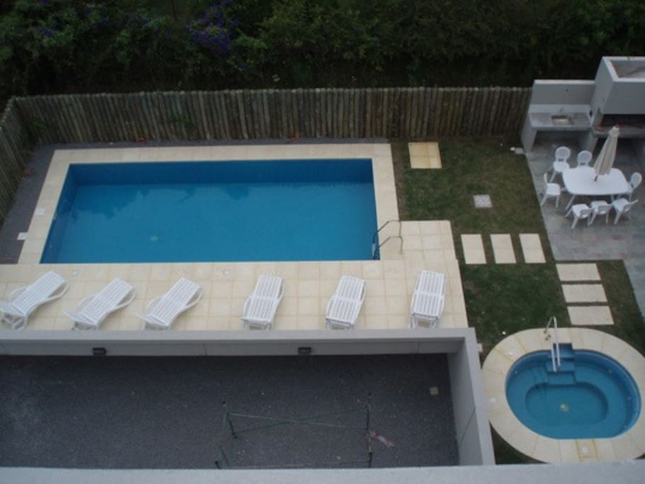 Vistas desde el depto a jardin y servicios del edificio parrillero, piscina y jacuzzi