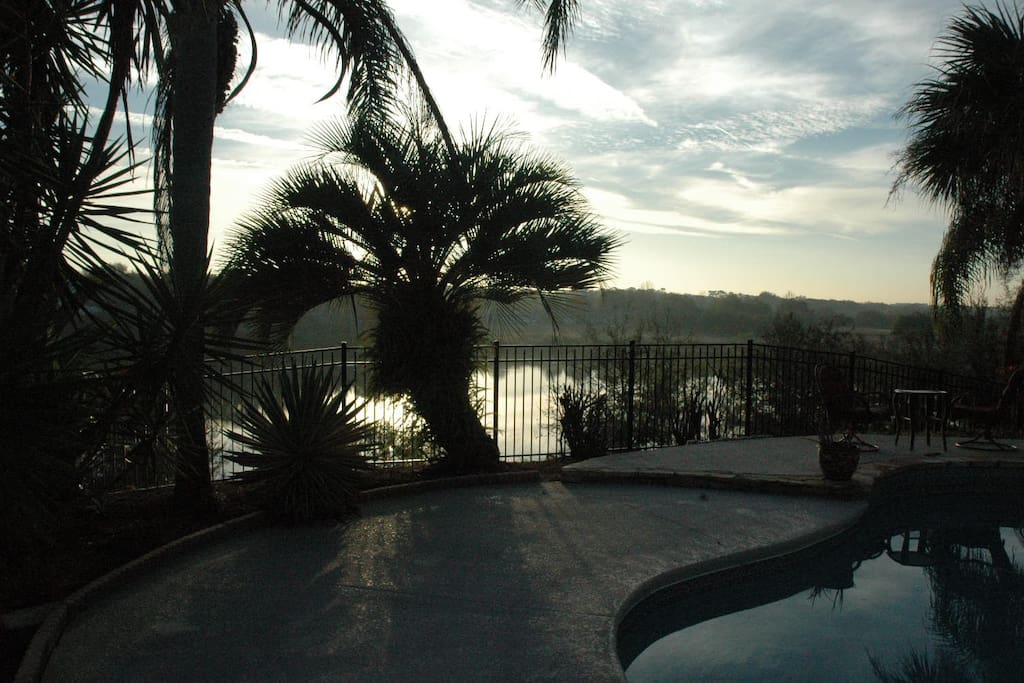 Petit matin au bord de la piscine, avec vue sur le lac.