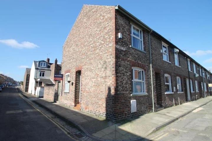Private Room by City Walls and Bishopthrope Road - York - Ev