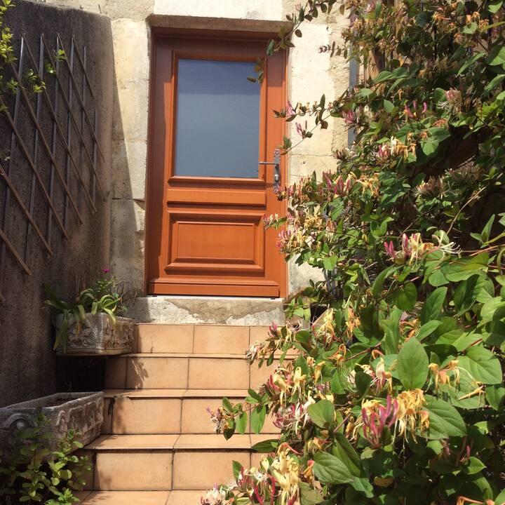 Maison de village en pierres à Saint Montan