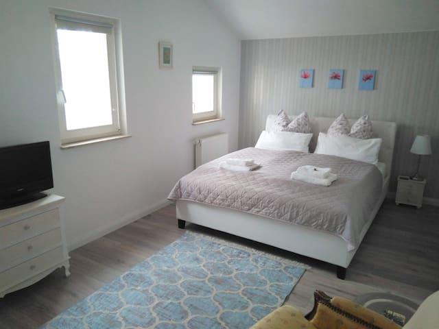 Stilvolles Zimmer mit Dachterrasse und Privatbad