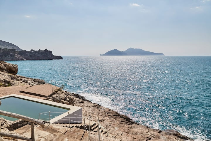 Villa Anthony exclusive private pool facing Capri