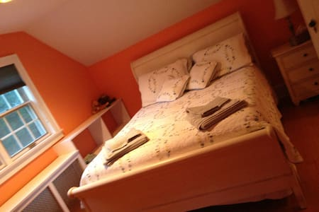 Orange Room- queen bed - New Windsor