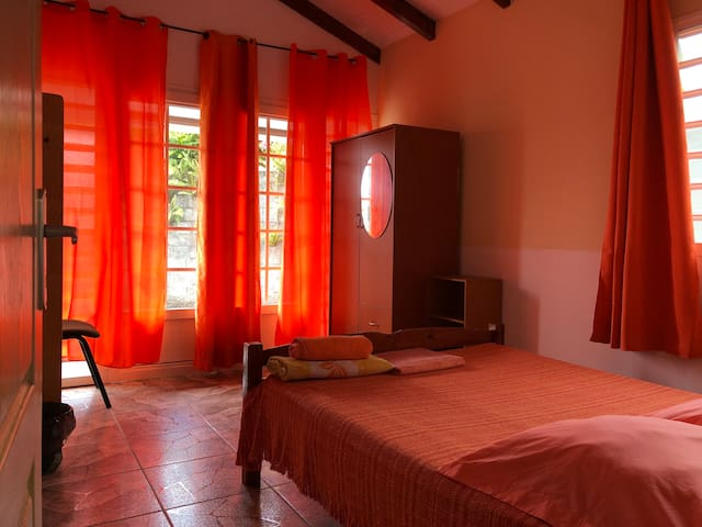 Chambre Orangé, tout meublée avec serviettes de bain.
