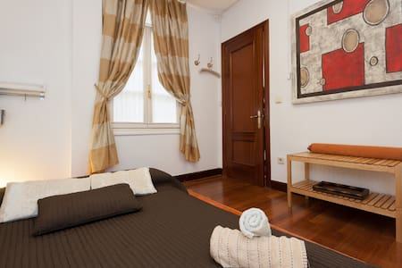 Room with futon in Casco Viejo, Bilbao - Wikt i opierunek