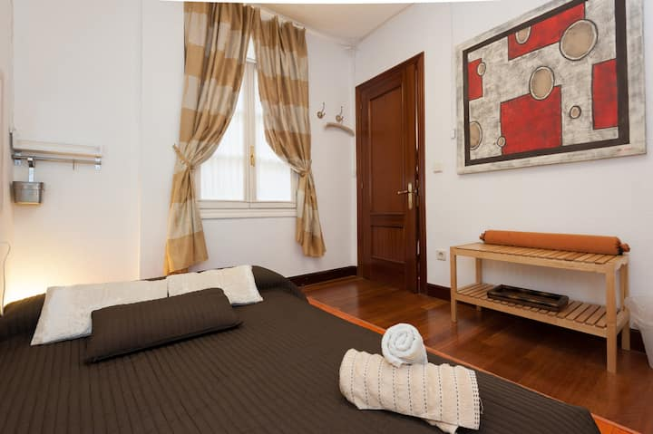 Room with futon in Casco Viejo, Bilbao