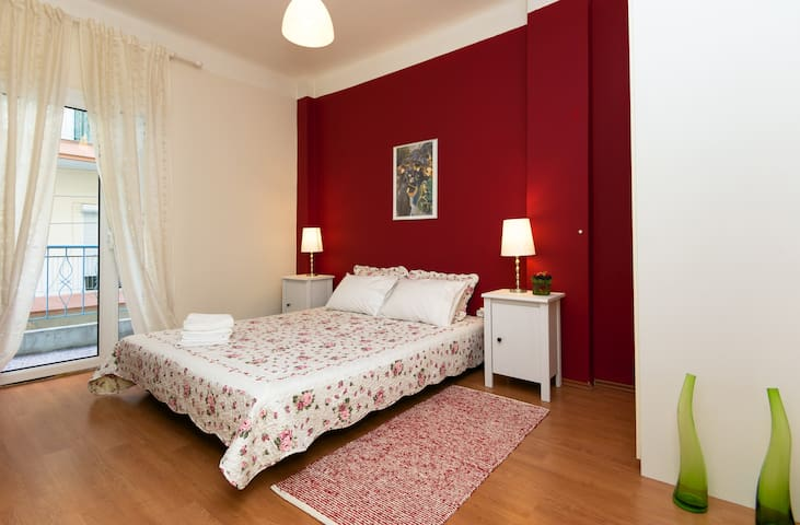 Cozy Downtown apartment BalconyWIFI - Thessaloniki - Leilighet