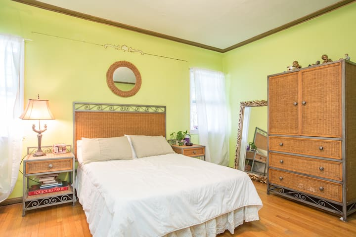 Charming & Spacious Bedroom - Bell - Casa