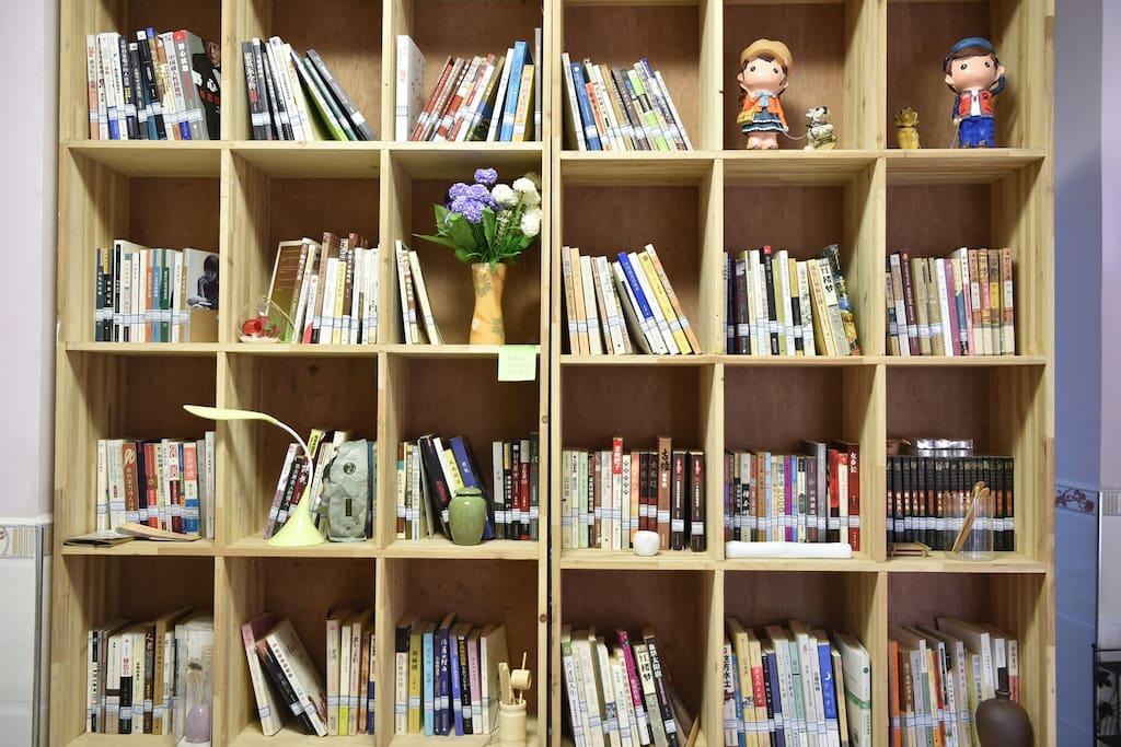 位于一楼书吧,在这您可以安静的看书喝茶