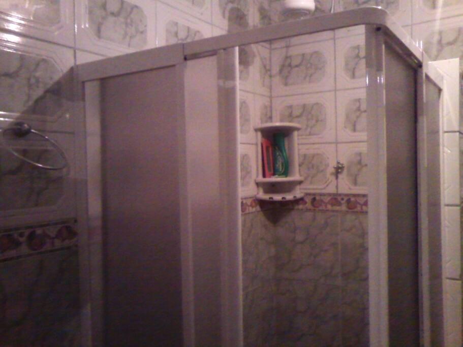 box com chuveiro elétrico, bastante água e aquece bem e rápido