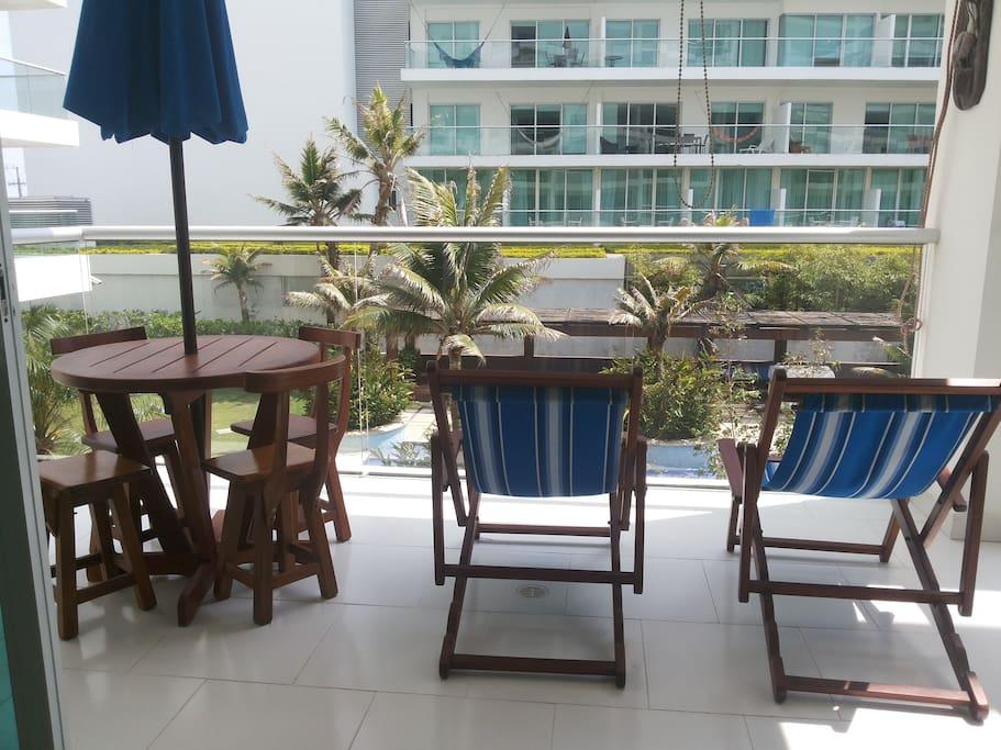 Terraza con espacio iluminado y hermosa vista a playa y piscinas del edificio