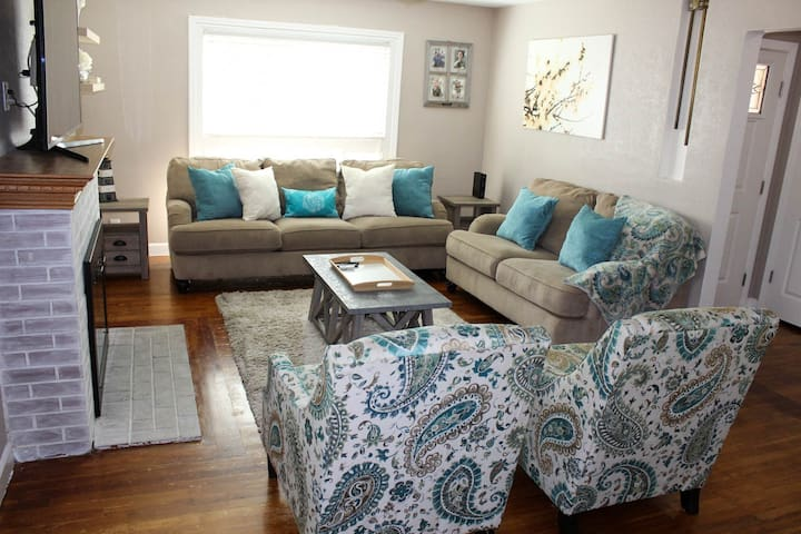3BR 2BTH Shades of Blue Homestead in Heart of Lodi