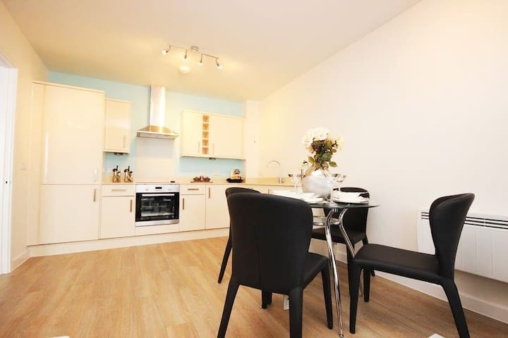 Deluxe 2 Bedroom apartment in Hatfield Town Centre