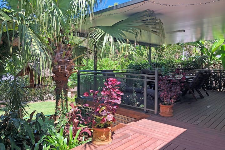 Sandy Palms, 28 Moorooba Cr - Beautiful Home with Wifi, Air-con and Boat Parking