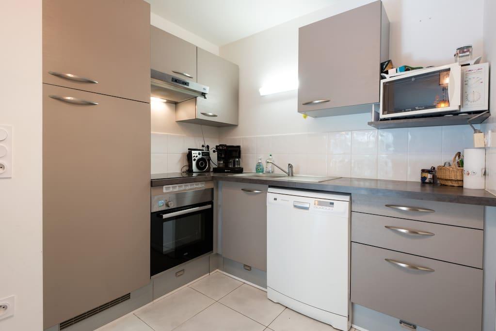 Cuisine avec lave vaisselle, four, plaques induction, four micro-ondes........