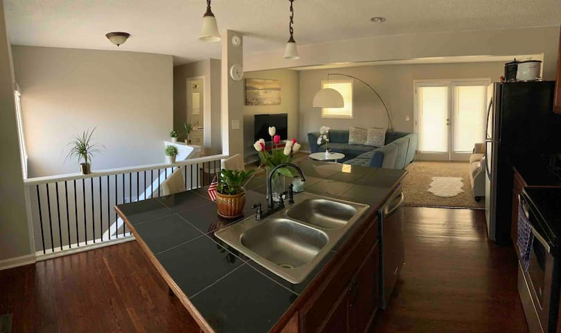 Cozy main level all to yourself 3BR/2BA/Kitchen