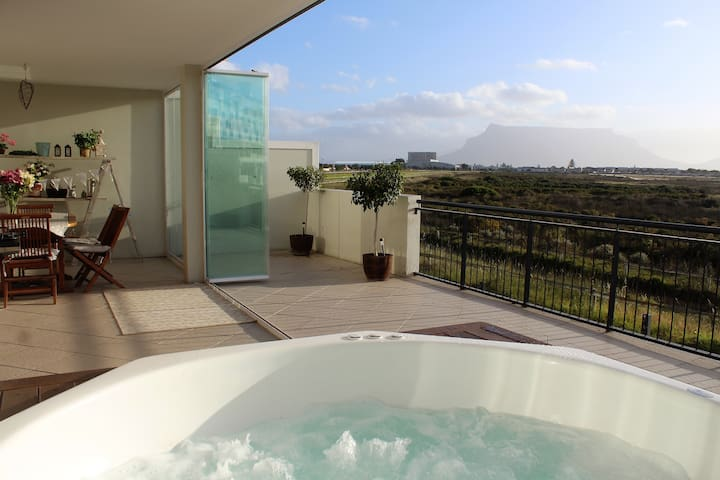 A Jacuzzi, Table Mountain view and close to beach