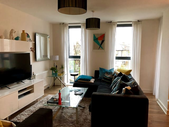 Bright&Modern 2BR with fab links to Central London