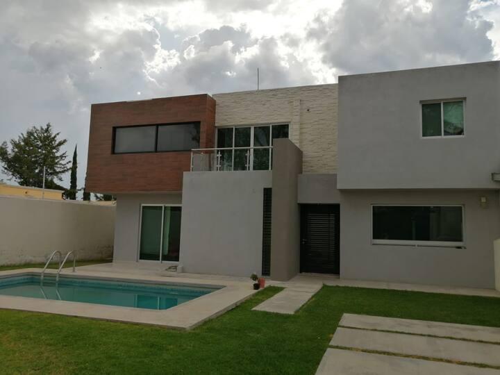 Moderna casa con alberca ideal para relajarse