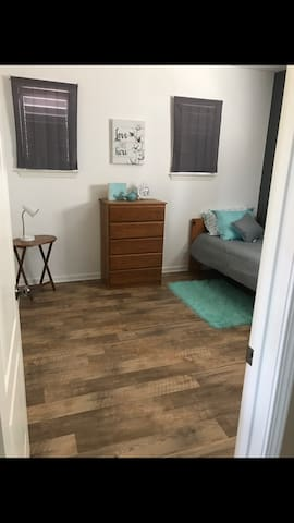 $900/mo private upstairs room, great for travelers