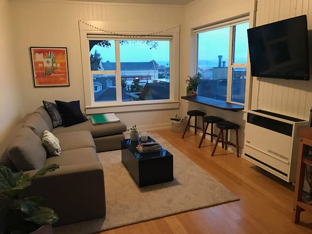 Views of the Bay!  Walk to Ferry & Restaurants! - Sausalito - Apartament