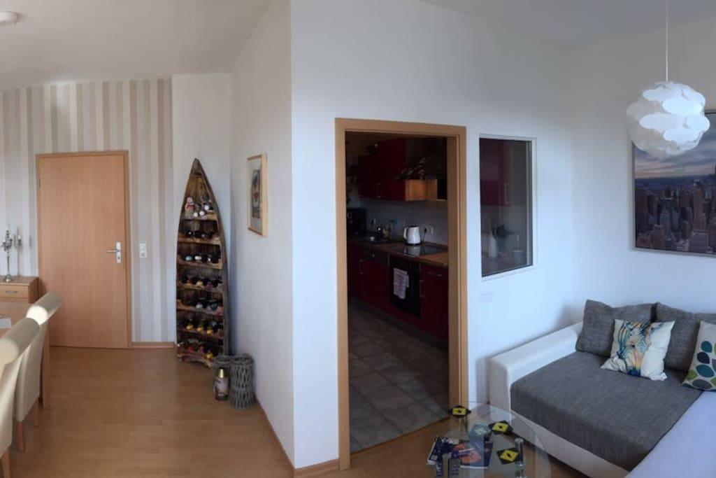 Wohnzimmer, Essecke und Blick in die Küche