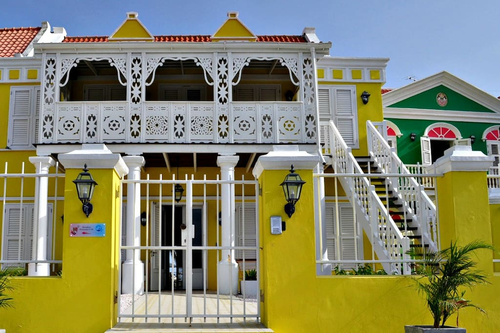 The apartment is located in a historical building which stands in one of the most beautiful neighborhoods in Curaçao.