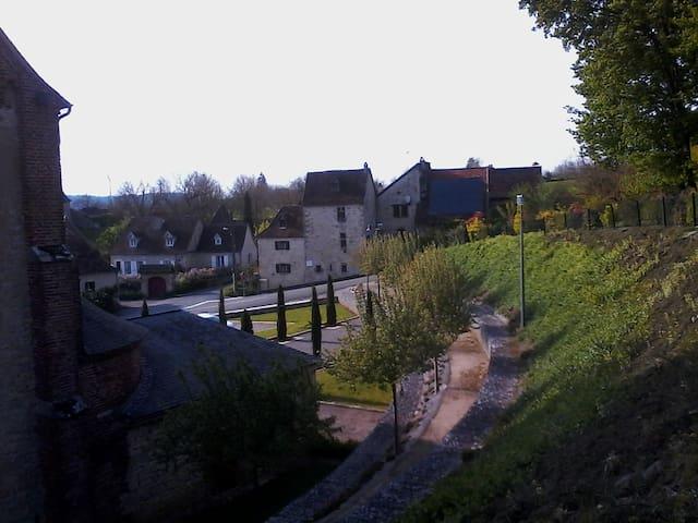 vue du vieux Bétaille, quartier de l'église : le barry d'Estève ou se trouve notre maison
