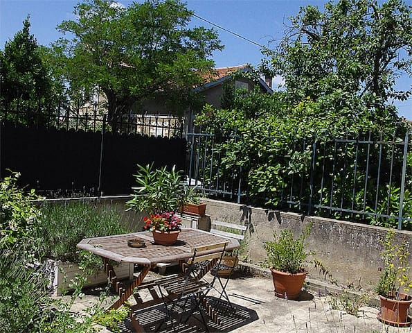 Carcassonne grand T1 avec jolie terrasse fleurie