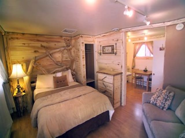 Rustic creekside getaway retreat - Cedaredge