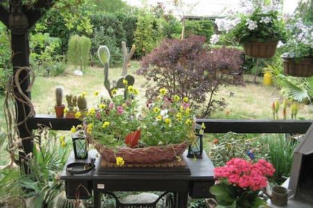 ruhiges Zimmer, entspannt im Garten - Nuthetal - House