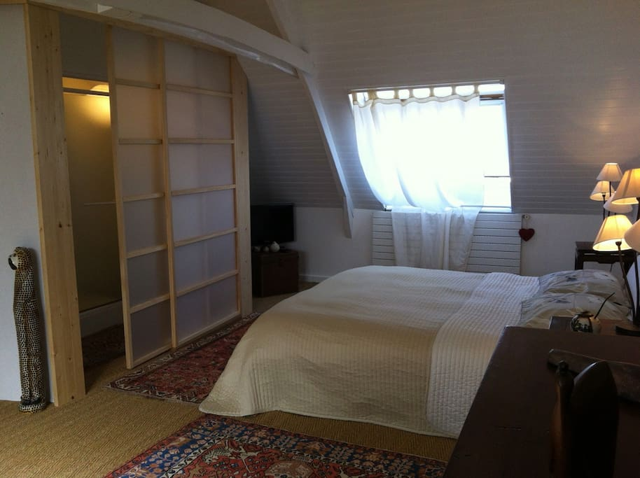 La chambre est mansardée et offre une vue partielle sur la ria d'Etel